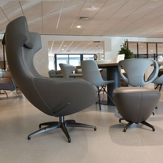leolux-fauteuil-met-poef-caruzzo-03.jpg