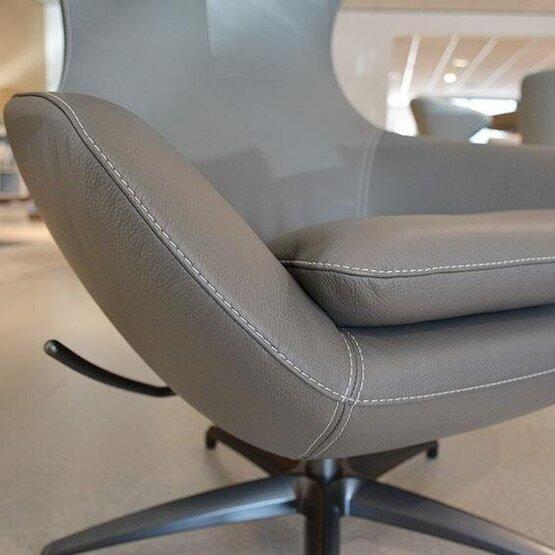leolux-fauteuil-met-poef-caruzzo-04.jpg